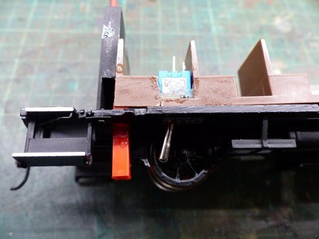 Links die Ladebuchse, rechts der Ein/Aus Schalter