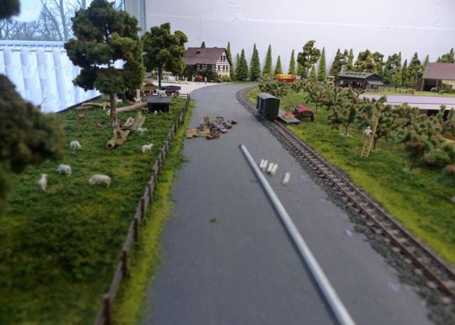 Straße muss noch zum Gleis gesichert werden