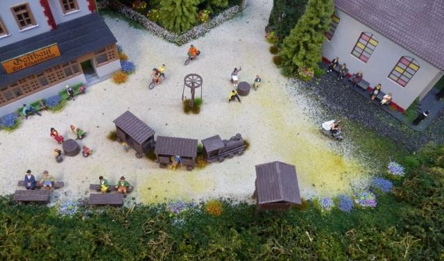 Kirche, Spielplatz und Restaurant