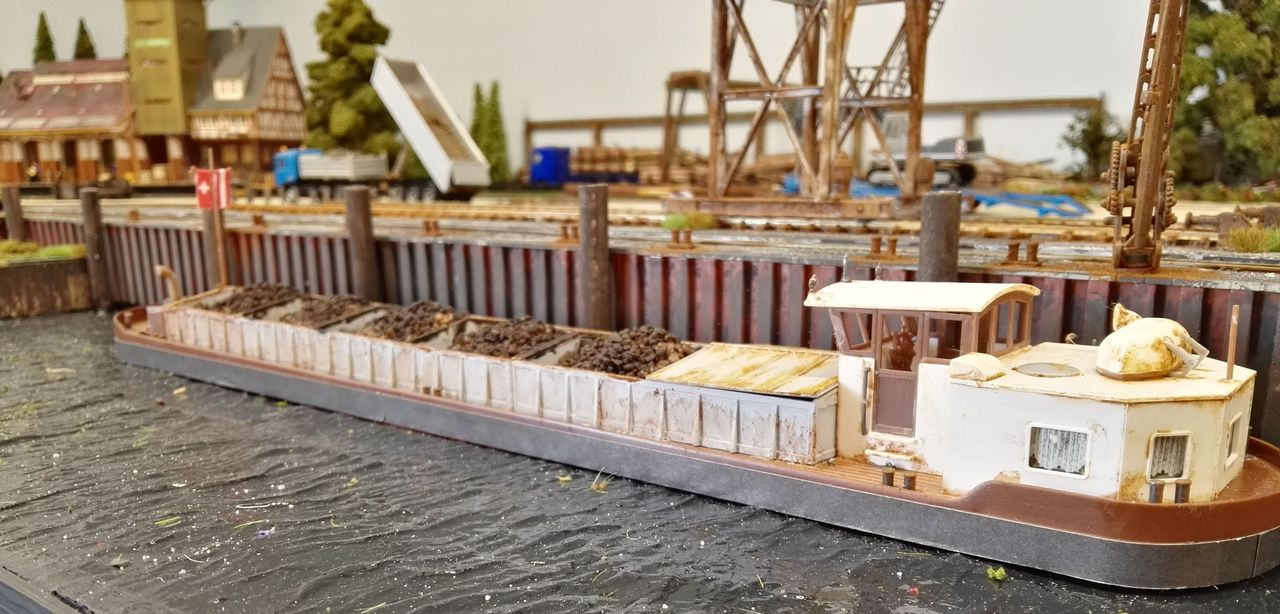 Binnenschiff für die Gesteinsbeförderung