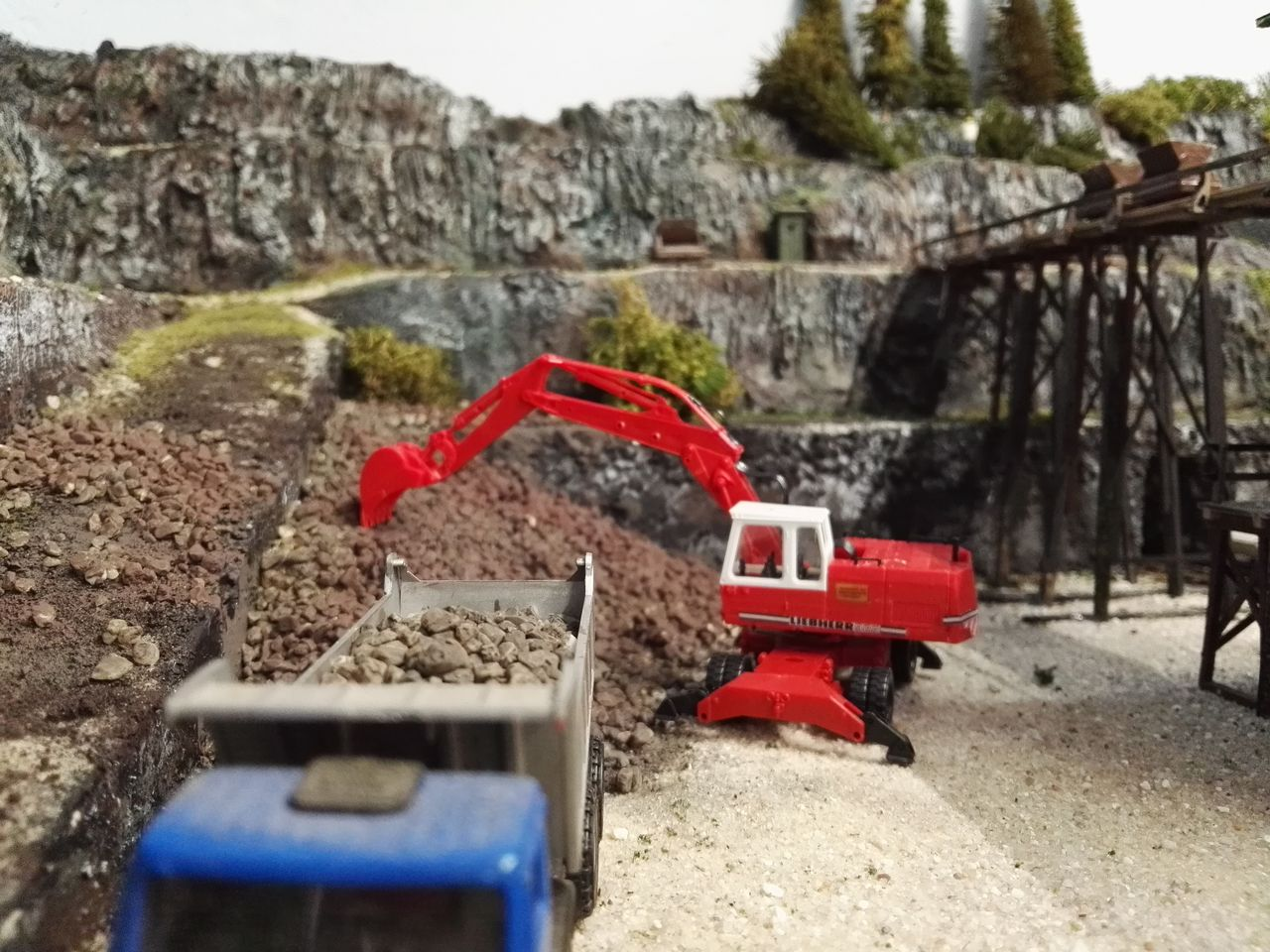 Bagger für die Gesteinsentsorgung