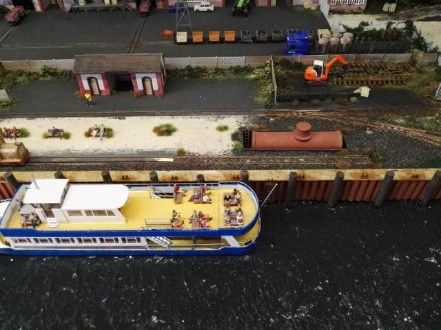 Wartehalle und Ausflugsboot