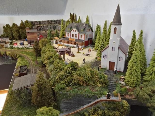 Blick auf Kirche und Restaurant