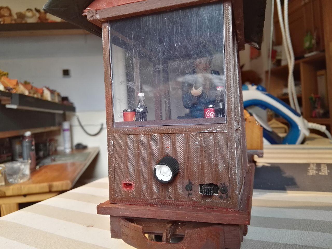 Front: Ladebuchse, Ein/Aus Schalter