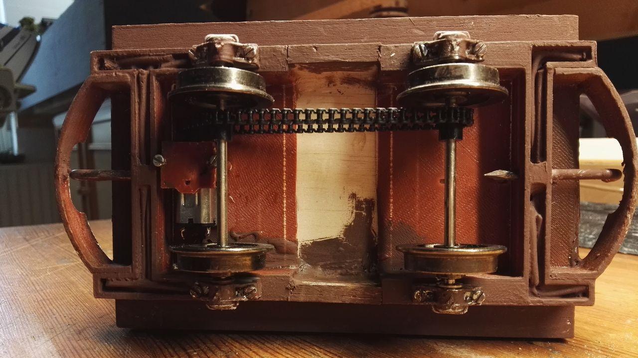 Antrieb über 6 Volt Getriebemotor und Zahnrädern mit Kunstoffkette, Kugelgelagerte Räder von Bachmann