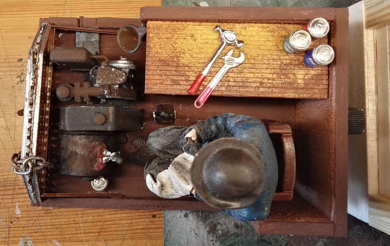 Kleinteile wie Dosen, Werkzeug stammen ebenfalls aus Puppenzubehör